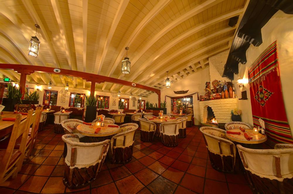 Barra dining room full